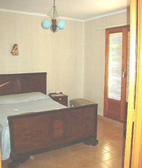 habitacion-matrimonio-balcón-calle